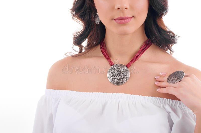 Lyx, smycken och modebegrepp En modell med örhängen, hals royaltyfria foton