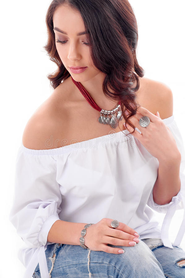 Lyx, smycken och modebegrepp Lång brun hårmodell med arkivfoto