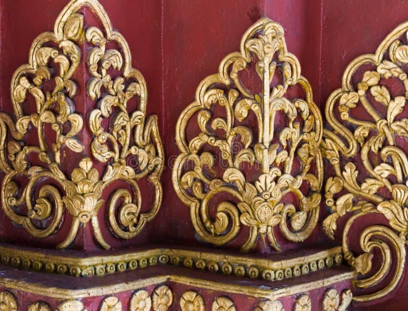Lyxen av den guld- blommastuckaturen arkivbild