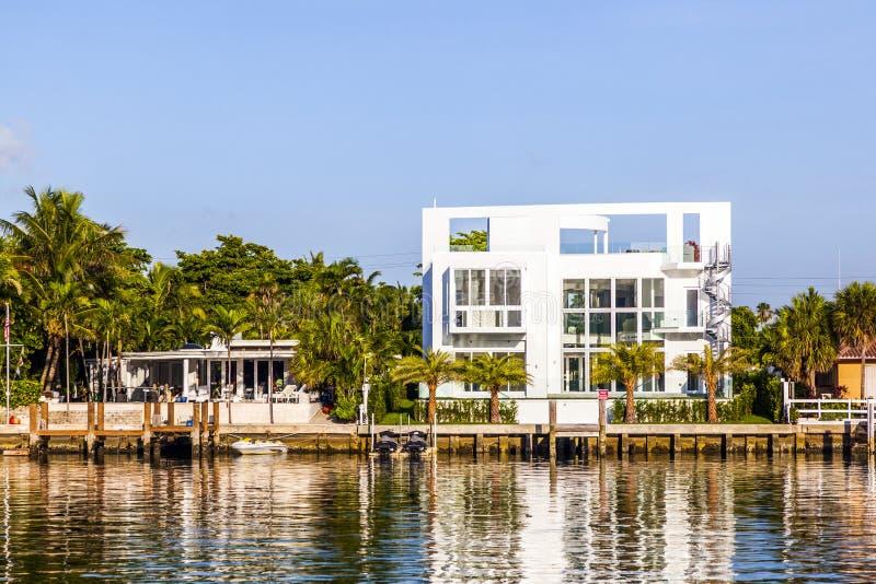Lyxhus på kanalen i Miami arkivbild