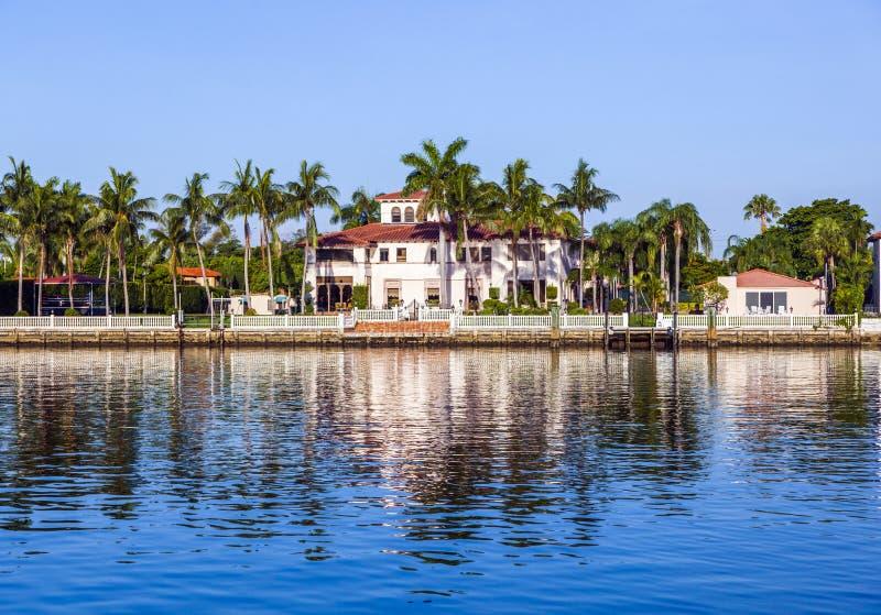 Lyxhus på kanalen i Miami royaltyfria foton