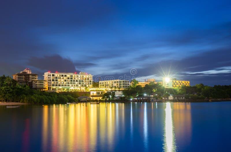 Lyxig andelsfastighet i den Pattaya staden med solnedgångtid royaltyfri bild