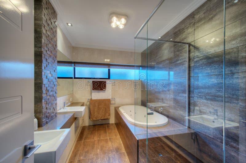 Lyxig badrum i modernt hem royaltyfri foto