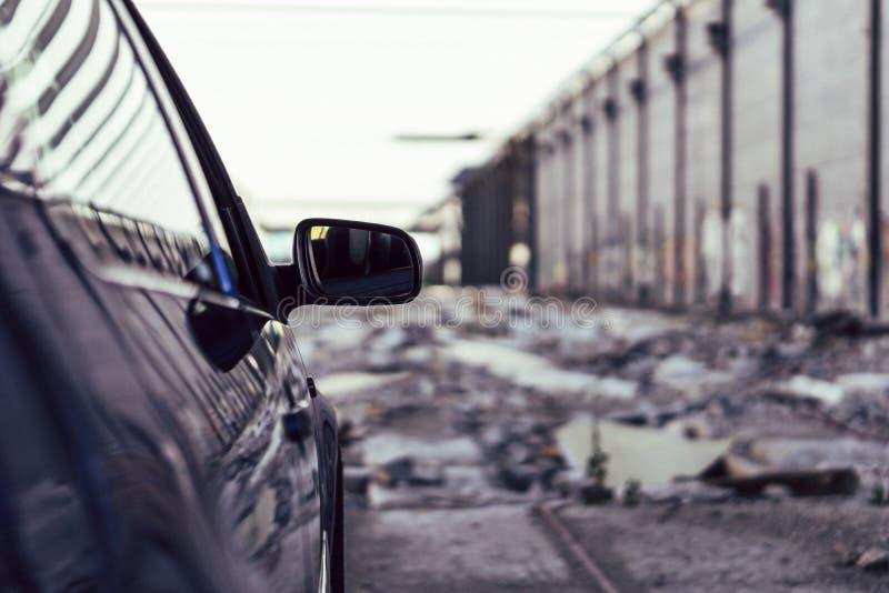 Lyxig bil i en stads- bakgrund arkivfoto