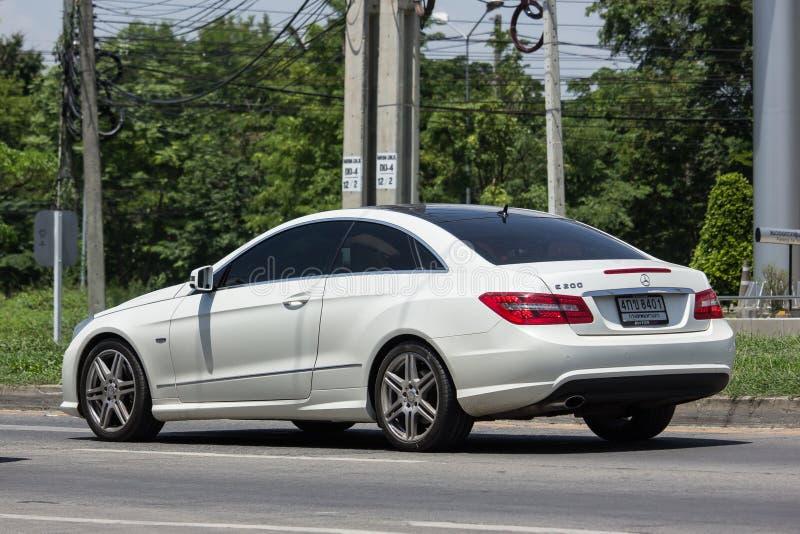 Lyxig bil vita Mercedes Benz E200 royaltyfri foto