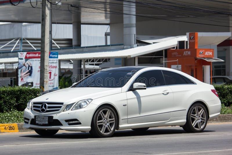 Lyxig bil vita Mercedes Benz E200 royaltyfri bild
