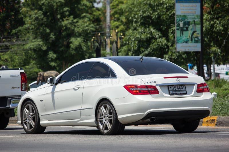 Lyxig bil vita Mercedes Benz E200 arkivfoton