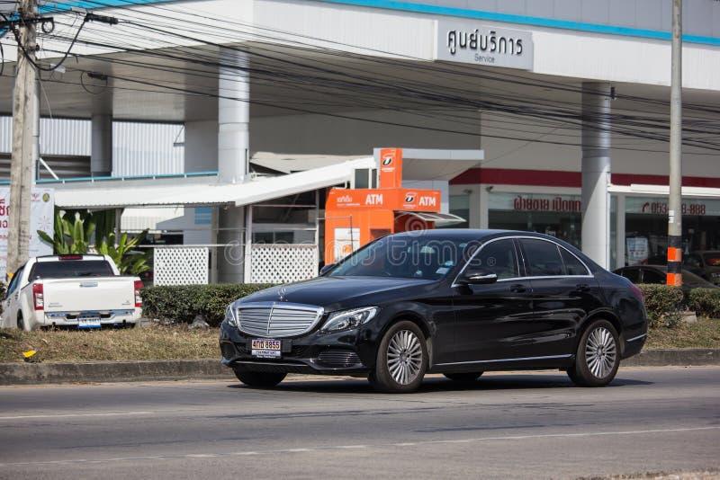 Lyxig bil vita Mercedes Benz E250 royaltyfria foton