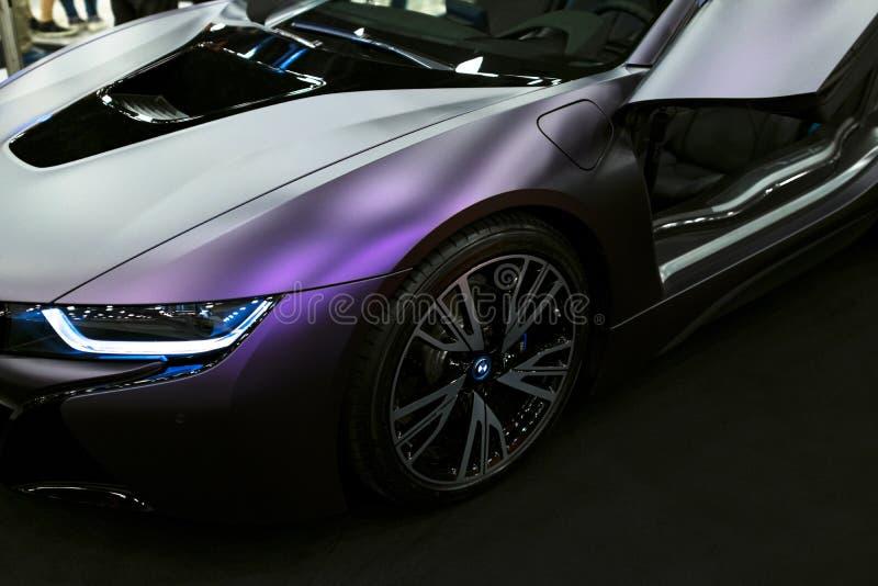 Lyxig BMW i8 hybrid- elektrisk kupé Inkopplingshybrid- sportbil Begreppselkraftmedel Mörk Matt färg Bilyttersidadetaljer fotografering för bildbyråer