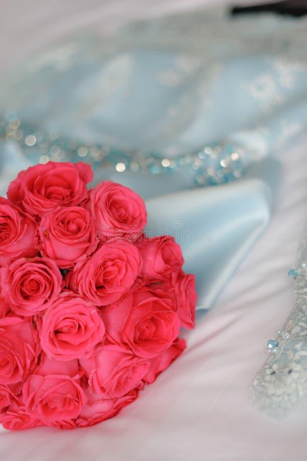 Lyxig bröllopbukett med bröllopsklänningen arkivfoto