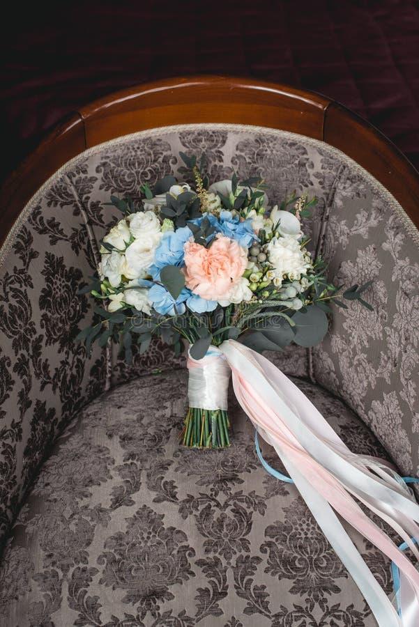 Lyxig bröllopbukett som göras av rosor, nejlika och vanlig hortensia fotografering för bildbyråer