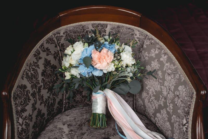 Lyxig bröllopbukett som göras av rosor, nejlika och vanlig hortensia arkivfoto