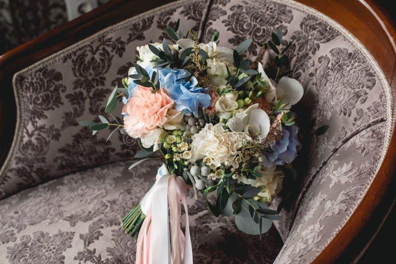 Lyxig bröllopbukett som göras av rosor, nejlika och vanlig hortensia royaltyfria bilder