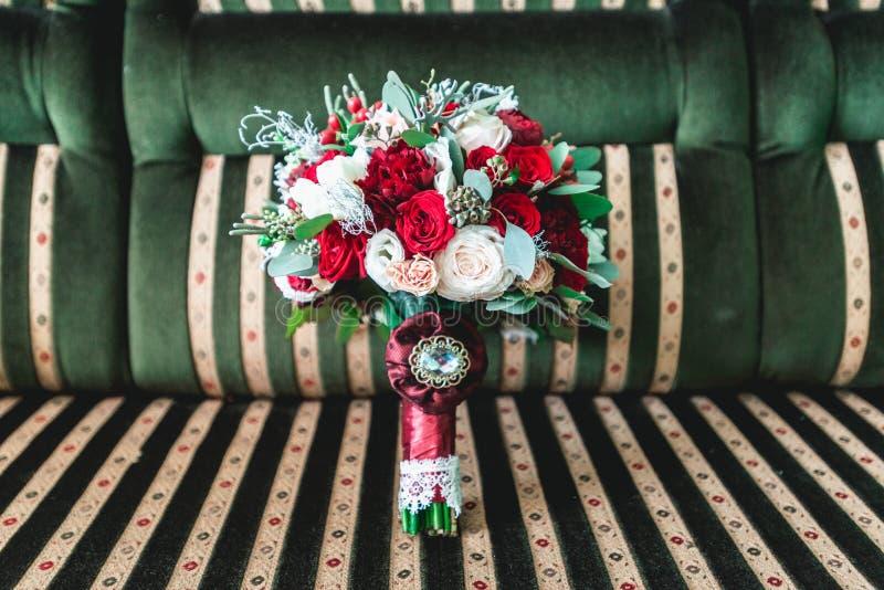 Lyxig bröllopbukett som göras av rosor och nejlika arkivbilder