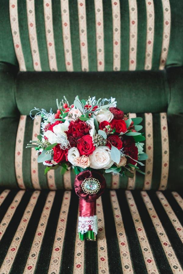 Lyxig bröllopbukett som göras av rosor och nejlika royaltyfri fotografi