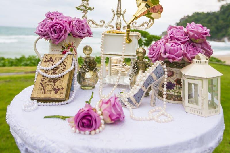 Lyxig bröllopinställning på stranden royaltyfri bild