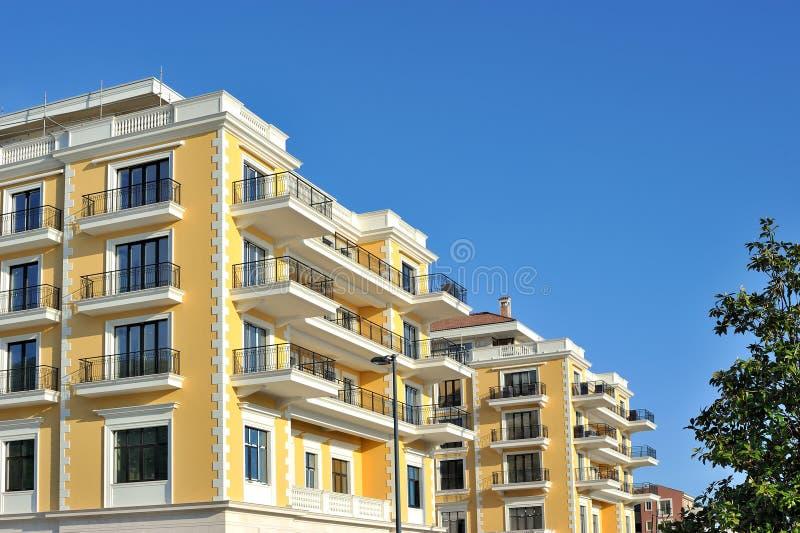 Lyxig byggnad med blå himmel arkivfoto