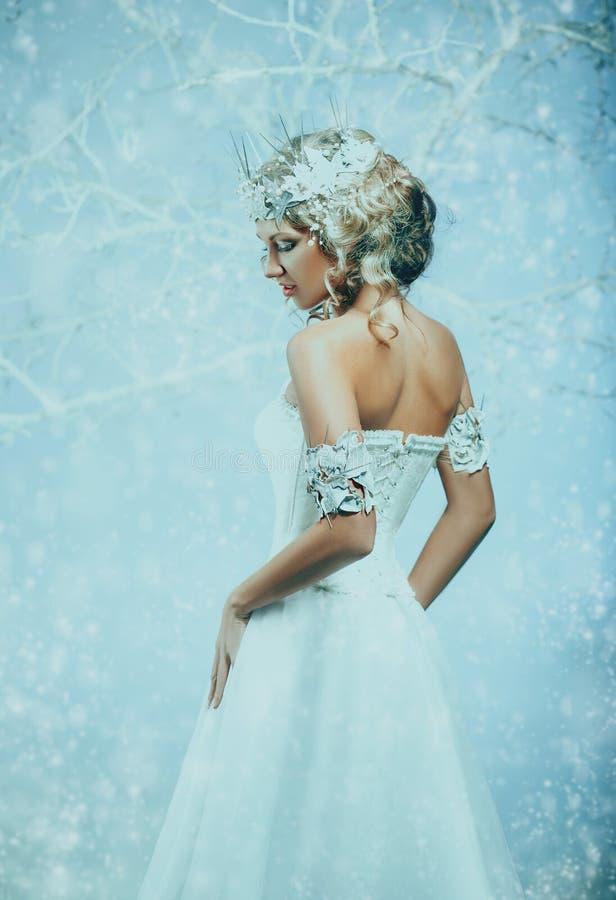 Lyxig dam i en vit klänning royaltyfria foton