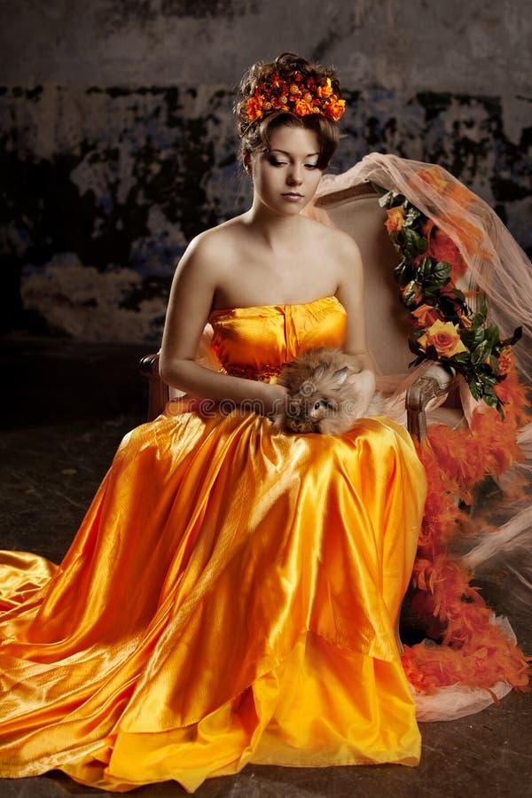 Lyxig dam i siden- klänning royaltyfri foto
