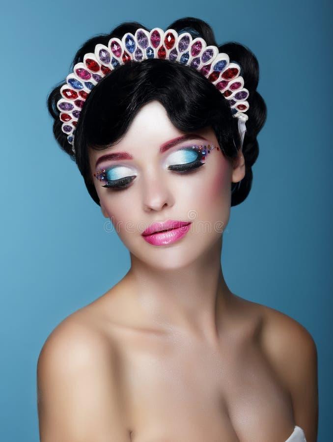 Lyxig drömlik kvinnlig med ljus makeup och Art Diadem arkivfoton