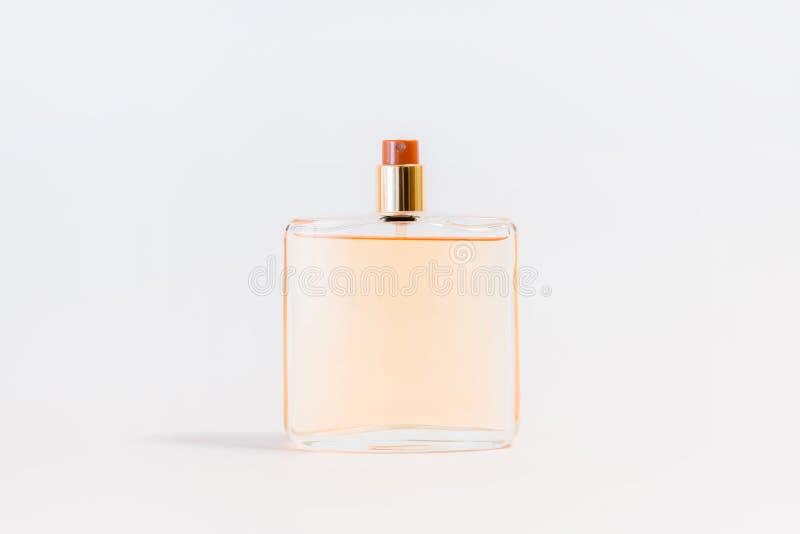 Lyxig exponeringsglasdoftflaska på vit bakgrund Kopieringsutrymme för text, tom flaska royaltyfri foto