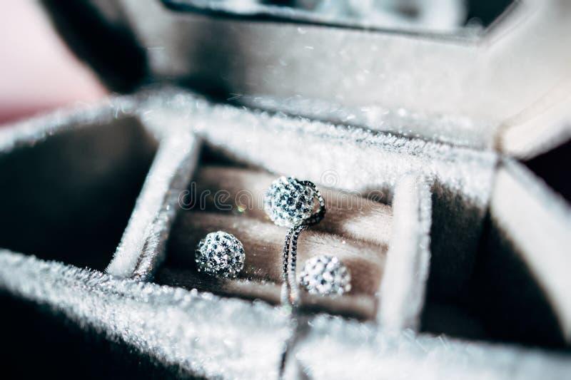 Lyxig halsband och örhängen som göras från guld och kristaller arkivfoton