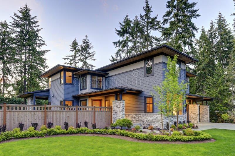 Lyxig hem- design med modern trottoarkantvädjan i Bellevue arkivbilder