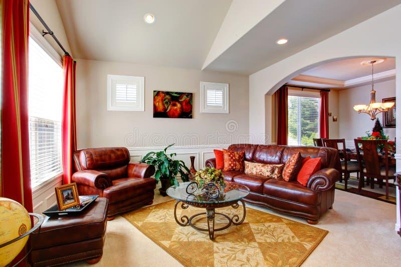 Lyxig husinre Vardagsrum med lädersoffor royaltyfri fotografi