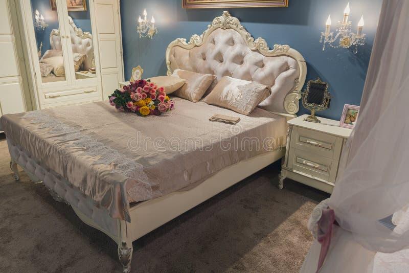 Lyxig inre av ett sovrum royaltyfria foton
