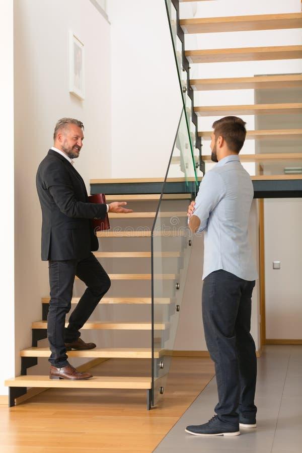 Lyxig inviterande kund för hem- säljare arkivbild