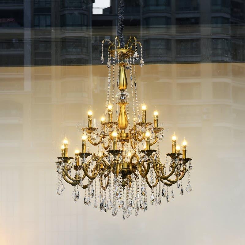 Lyxig kristallkrona, crystal lampa, konstbelysning, konstljus, konstlampa, konstbelysning, minnessak fotografering för bildbyråer