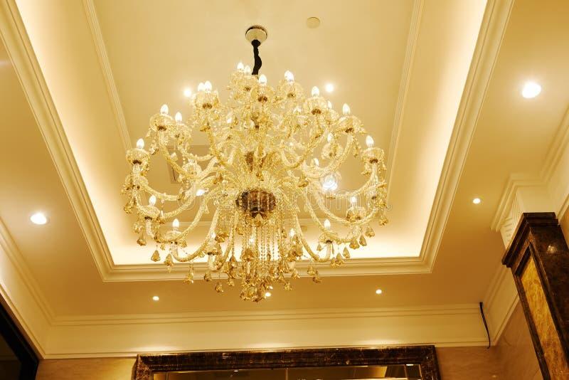 Lyxig kristallkrona i hotellkorridor royaltyfri fotografi