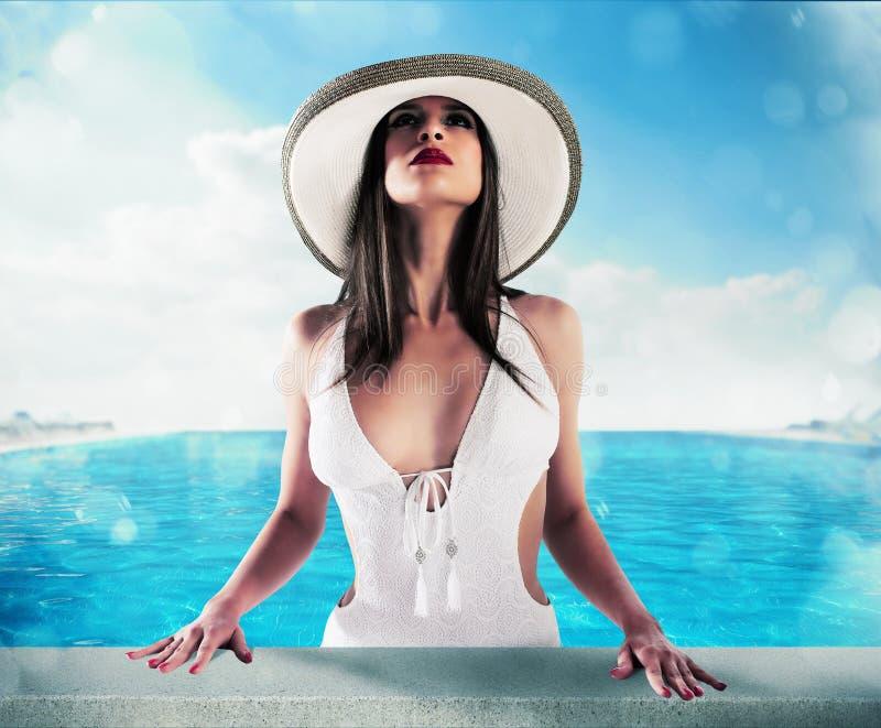 Lyxig kvinna i simbassäng arkivfoton