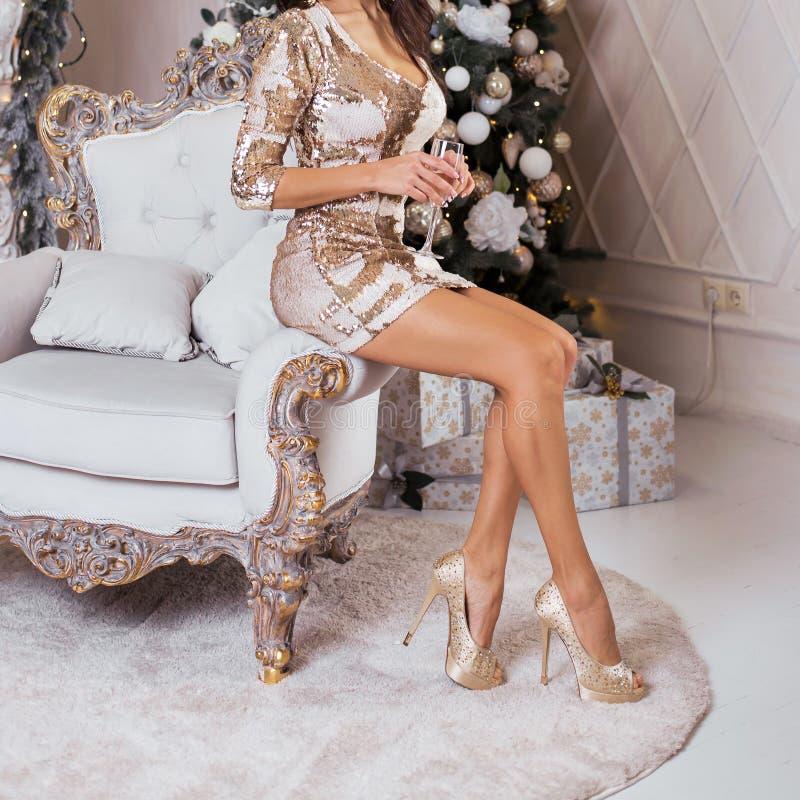 Lyxig kvinna som sitter på en stol på baksidan av ett dyrt C arkivbild