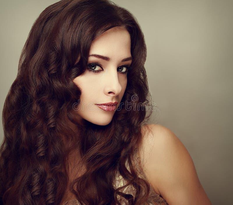 Lyxig kvinnlig modell för mode med långt lockigt hår mode royaltyfri fotografi