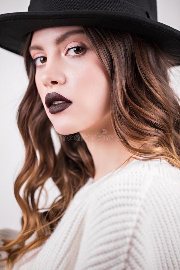 Lyxig makeup för härligt mode, långa ögonfrans, ansikts- smink för perfekt hud Skönhetbrunettkvinna som ser kameran, nära u royaltyfria foton