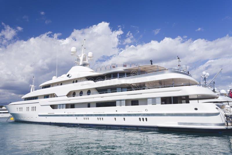 Lyxig mega yacht i havsport för skjul D Azur fotografering för bildbyråer