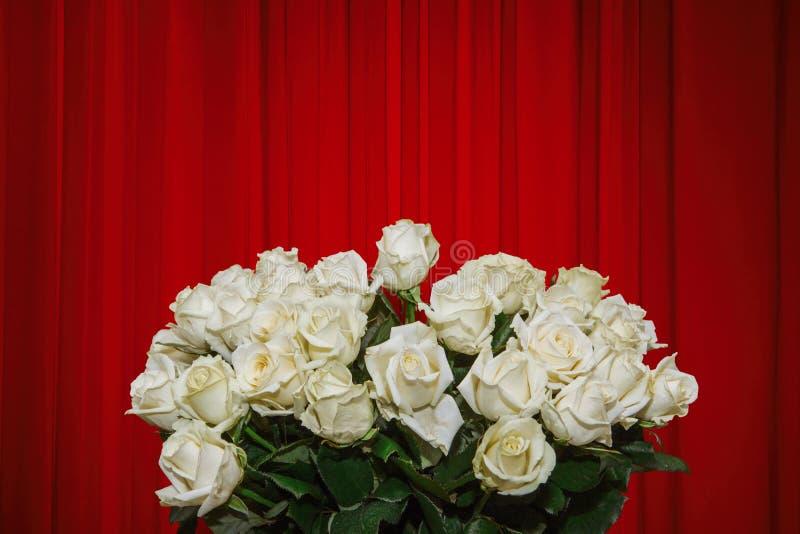 Lyxig modellwithlbukett av blommor för vita rosor royaltyfria bilder