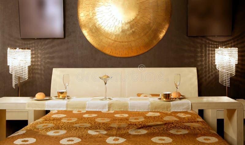 lyxig modern tabell för asiatisk sovrumfrukost royaltyfria bilder