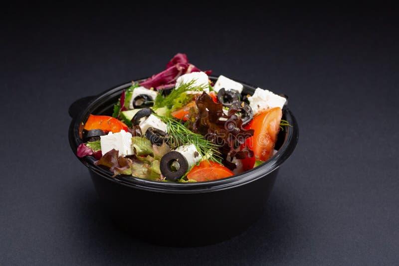 Lyxig ny färgrik grönsaksallad på svart bakgrund äta som är sunt royaltyfria foton