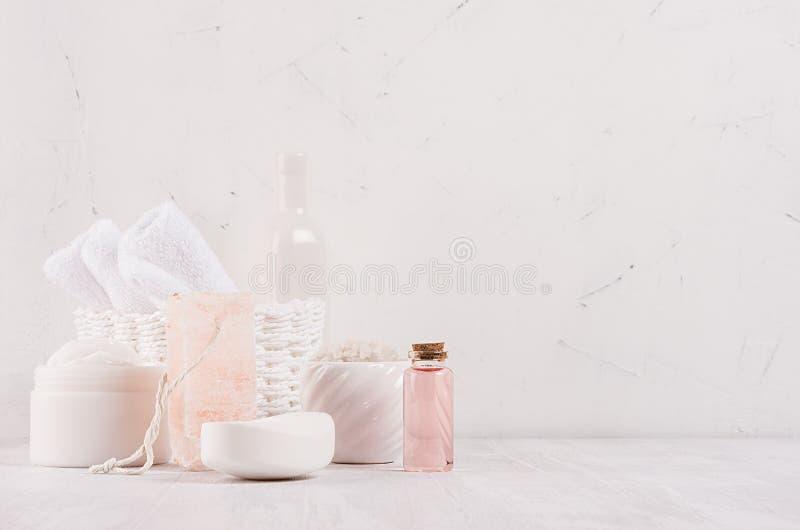 Lyxig organisk samling för skönhetsmedel för kropp- och hudomsorgbrunnsort, rosa färgolja och naturlig badtillbehör på vit wood b arkivbild