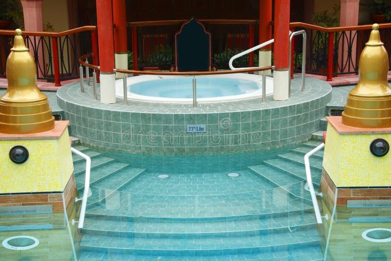 lyxig pölbrunnsort för bubbelpool arkivfoton