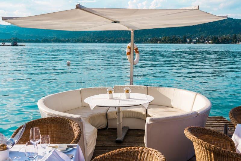 Lyxig restaurang med tabeller på pir royaltyfri fotografi