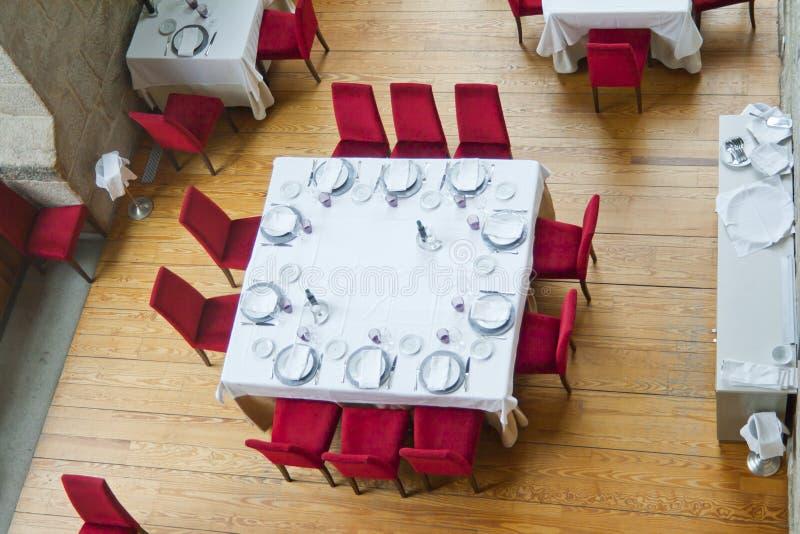 Lyxig restaurangtabell som förbereds för tio matställear fotografering för bildbyråer