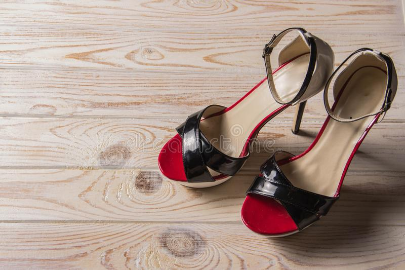 Lyxig sandalröd-svart-vit hög-heeled royaltyfri fotografi