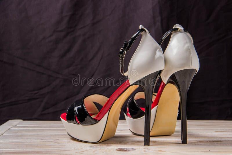 Lyxig sandalröd-svart-vit hög-heeled royaltyfri bild