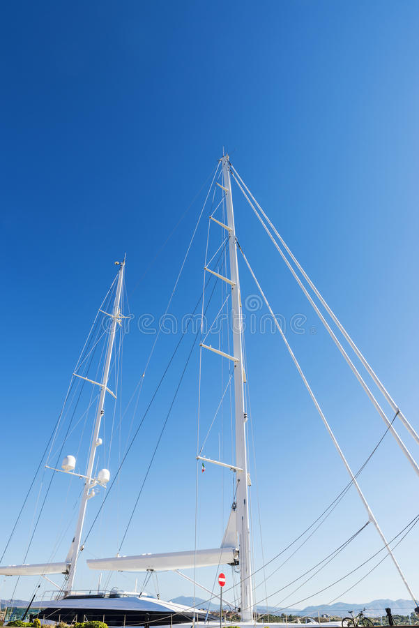 Lyxig segelbåt i Olbia, Sardinia, Italien arkivfoton