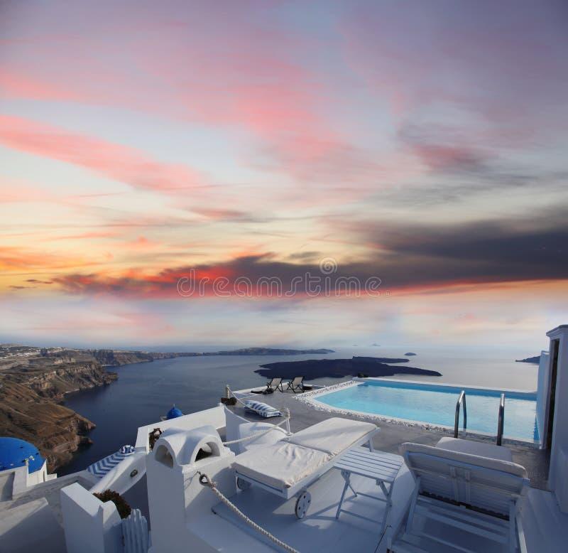 Lyxig semesterort med simbassängen i den Santorini ön, royaltyfri foto