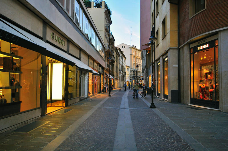 Lyxig shoppinggata i Padova, Italien arkivfoton