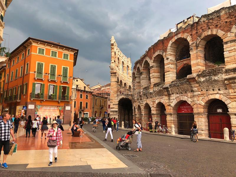 Lyxig shoppinggata via Mazzini, Verona, Italien arkivfoto